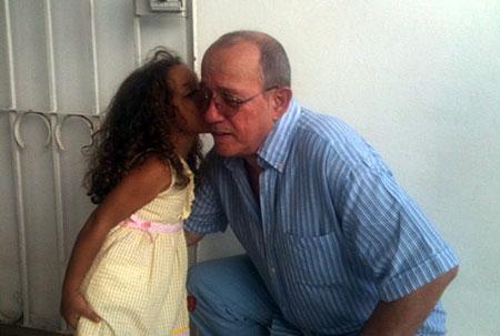 Silvio Rodríguez con Débora, una pequeña fan. © Alexis Díaz Pimienta