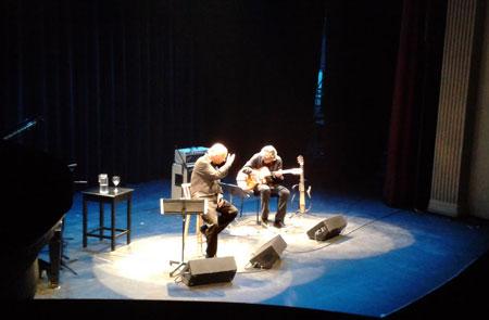 Joan Isaac, acompañado a la guitarra por Josep Traver, en el Teatro Sucre de Quito (Ecuador).