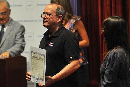 Silvio Rodríguez agradeció la distinción y dijo no merecerla. A su lado, la rectora Carolina Scotto. © Sergio Cejas/La Voz