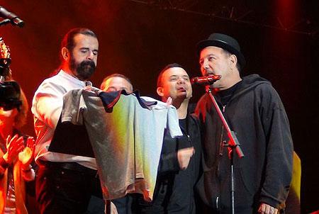 Adrián Goizueta y rubén Blades en el concierto de homenaje Fidel Gamboa.