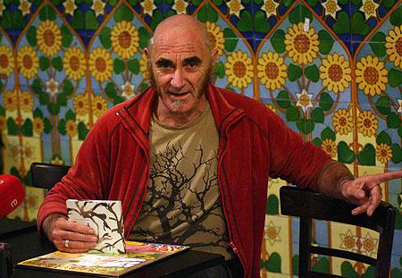 Pau Riba en la rueda de prensa de hoy, con la reedición de «Jo, la donya i el gripau» en sus manos. © Xavier Pintanel