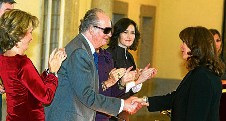Maria del Mar Bonet recibe de manos del Rey Juan Carlos I la Medalla de Oro al Mérito en Bellas Artes. © Casa de S.M. el Rey / Borja Fotógrafos