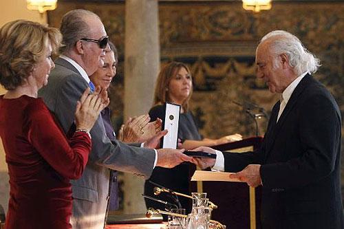 Amancio Prada recibe de manos del Rey Juan Carlos I la Medalla de Oro al Mérito en Bellas Artes. © Casa de S.M. el Rey / Borja Fotógrafos