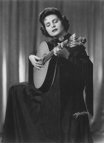 La fadista Amália Rodrigues (1922-1999) con una guitarra portuguesa.