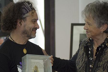 Tomàs de los Santos recibe la obra del escultor Josep Bofill de manos de Montserrat Sans, viuda de Miquel Martí i Pol. © Xavier Pintanel