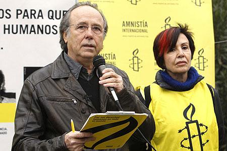 Joan Manuel Serrat junto a la presidenta de Amnistía Internacional Madrid, Teresa Rodríguez. © Fernando Alvarado/EFE