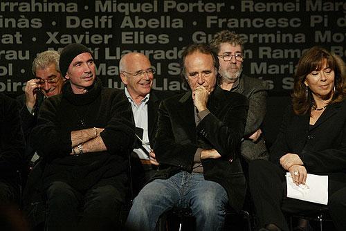 De izquierda a derecha: Xavier Elies, Lluís Llach, Enric Barbat, Joan Manuel Serrat, Francesc Pi de la Serra y Maria del Mar Bonet durante el acto de entrega de la Medalla de Honor del Parlament als Setze Jutges, en el 2007. © Sergio Lainz
