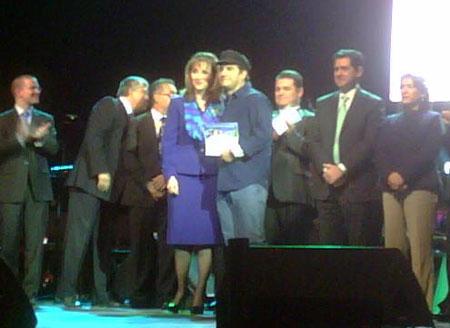 Alejandro Santiago recibe de manos de Gloria Guevara Manzo, secretaria de Turismo, el primer premio del certamen «México, canción de mi corazón».