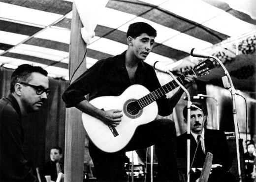 Joan Manuel Serrat, Josep Maria Espinàs y Francesc Pi de la Serra en el entoldado de la Plaça del Sol en Gràcia en el año 1965. © Josep Puvill