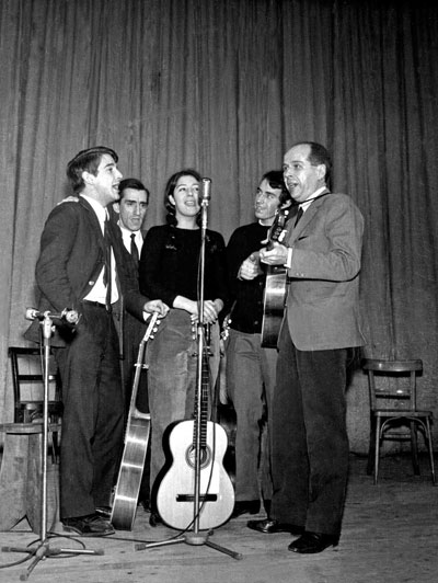 Primer recital de Lluís Llach, el 22 de marzo de 1967 en Terrassa, cantando con Martí Llauradó, Miquel Porter, Maria Amèlia Pedrerol y Delfí Abella. © Francino