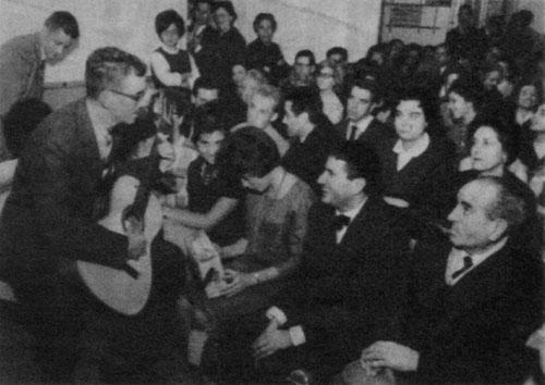 Josep Maria Espinàs en el concierto celebrado el 19 de diciembre de 1961 en una foto aparecida en la revista Serra d'Or de la época.