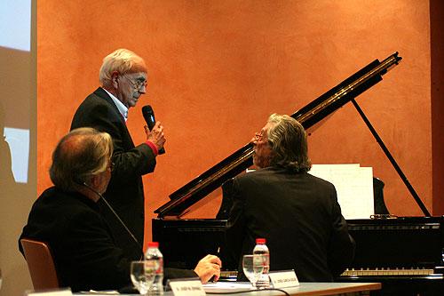 Josep Maria Espinàs 50 años después, acompañado al piano por el maestro Francesc Burrull. © Xavier Pintanel