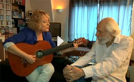 Marina Rossell cantando «El metec» a Georges Moustaki en su casa de París. © El Convidat/TV3