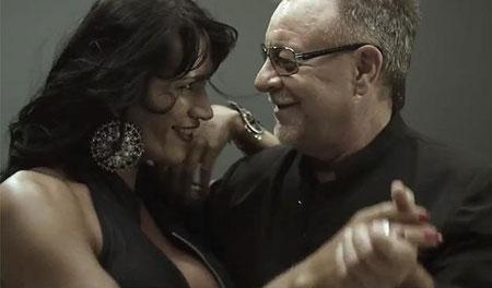 León Gieco con la travesti paraguaya Electra en el videoclip «Hoy bailaré», un canto a la diversidad y por la integración.