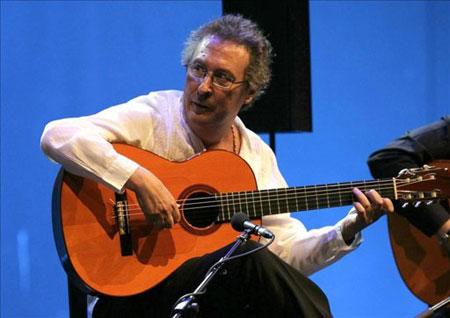 Enrique de Melchor, durante su actuación en los Jardines de Sabatini de Madrid el 12 de agosto de 2010. © EFE