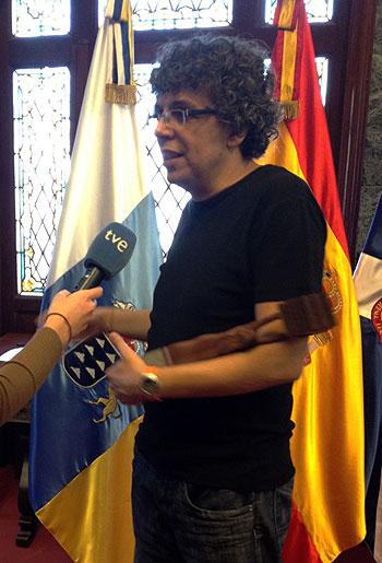 Pedro Guerra con el premio en reconocimiento por su lucha contra la Violencia de Género. © María Cabrerizo