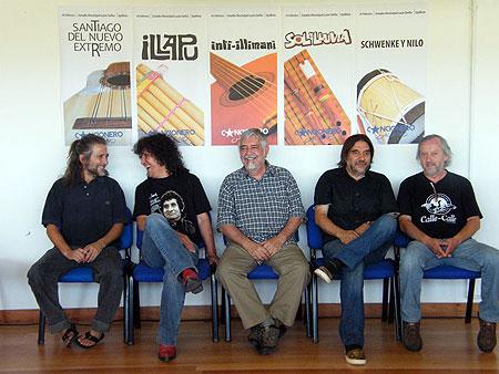 De izquierda a derecha: Luis Le-Bert (Santiago del Nuevo Extremo), Roberto Márquez (Illapu),Jorge Coulón Inti-Illimani), Amaro Labra (Sol y Lluvia) y Nelson Schwenke (Schwenke & Nilo) en la conferencia de prensa de presentación de «Cancionero chileno».