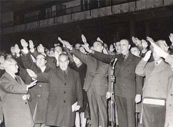 Manuel Fraga Iribarne, segundo por la derecha delante del micro en noviembre de 1968.