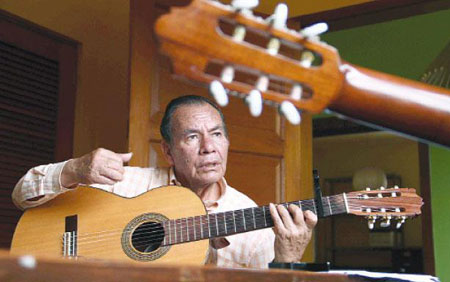 Trovador de nota. Carlos Falconí con el objeto de sus máximas devociones: una guitarra para combatir el olvido con huainos y yaravíes.