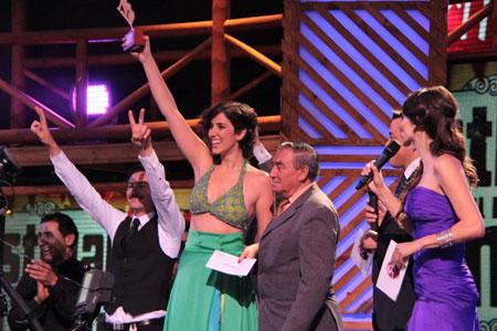 Soledad del Río de La Guacha alza el primer premio de la competencia «Chile le canta a Violeta» © ideasyrecuerdos.cl