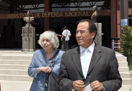 Joan Turner y Nelson Caucoto, abogado de la familia Jara a la salida del Ministerio de Defensa. © El Ciudadano
