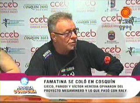 Imágenes televisivas de la rueda de prensa de León Gieco en Cosquín.