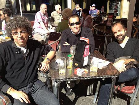 Pedro Guerra con Francisco Fariña Samblás y Miguel G. Morales, productor y director respectivamente de «Los mares petrificados». © María Cabrerizo