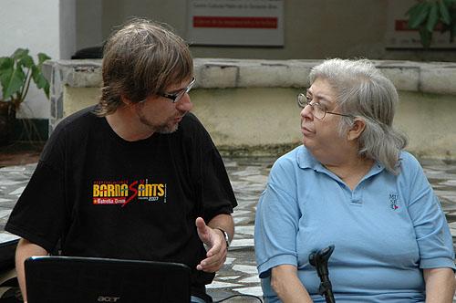 El autor de estas líneas en su último encuentro con Sara González el noviembre de 2009 en el patio del Centro Pablo de la Torriente Brau en La Habana © Alain Gutiérrez