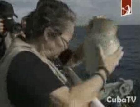 La compañera de Sara González, Diana Balboa, arroja las cenizas de la trovadora cubana a la Bahía de la Habana. © Cuba TV