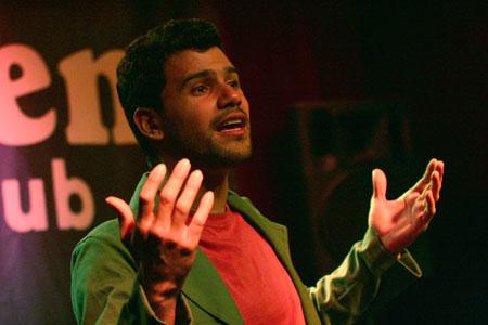 José Alejandro Delgado interpreta a cappella «Juan León» en el Harlem Jazz Club. © Xavier Pintanel
