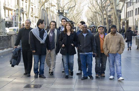 Maria del Mar Bonet paseando por Las Ramblas de Barcelona con Enrique Pérez-Mesa y los miembros del Jorge Reyes Quinteto de Cuba. © Xavier Pintanel