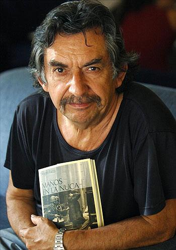 El cantautor chileno Angel Parra, hijo de Violeta Parra, durante una entrevista que concedió a Efe en 2005 con motivo de la publicación de su novela «Manos en la nuca». © EFE