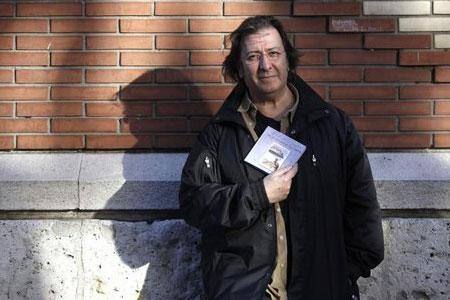 Luis Delgado presentaun disco-libro junto a sus amigos Javier Bergia y Javier Paxariño.