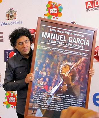 Manuel García durante la presentación en el Festival de Viña del Mar, en donde recibió un DVD de Oro por su producción «En Vivo Teatro Caupolicán 2011». © Oveja negra