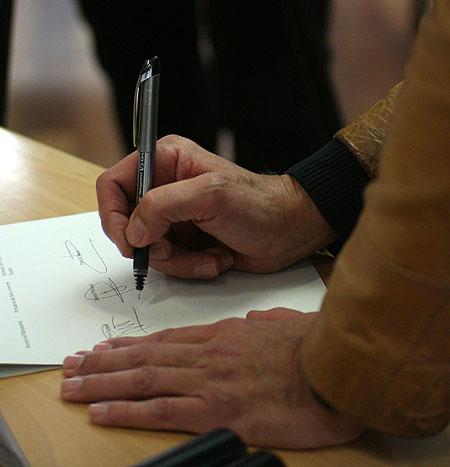 Pere Camps firma el acuerdo de colaboración entre los festivales BarnaSants, Sèm e serem y Estivada. © Xavier Pintanel