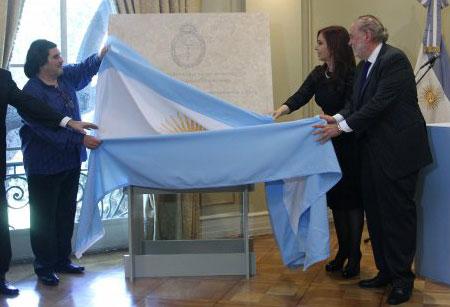 La presidenta de Argentina, Cristina Fernández junto al embajador de la nación en Chile, Ginés González y el hijo de Mercedes Sosa, Fabián Matus, colocaron la piedra fundamental del centro cultural argentino «Mercedes Sosa». © UPI