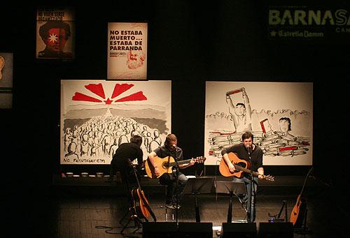 Cesk Freixas y Pau Alabajos cantando ante los reivindicativos lienzos de Albert Trilla. © Xavier Pintanel