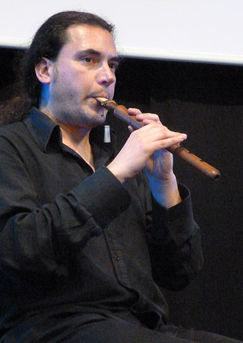 Marc Egea tocando el duduk, un aerófono de doble lengüeta tradicional de Armenia. © Pol Ducable