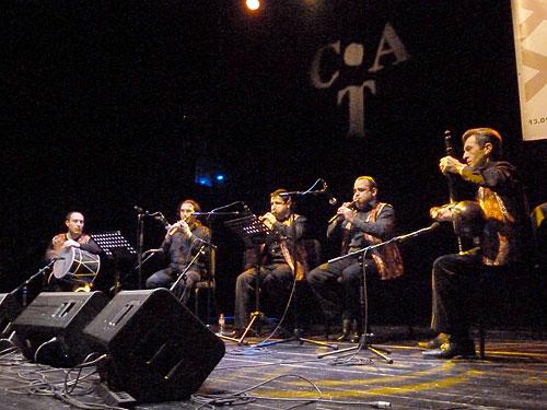 Miembros de la Asociación Cultural Armenia de Barcelona (ACAB) y Marc Egea. © Pol Ducable