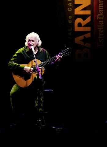 Amancio Prada cantando a «tres libertarios» en el festival BarnaSants. © Juan Miguel Morales