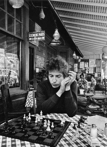 Bob Dylan juego de ajedrez, Woodstock 1964 © Daniel Kramer