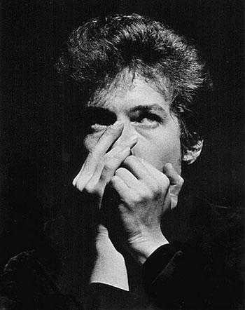 Bob Dylan tocando la armónica © Daniel Kramer