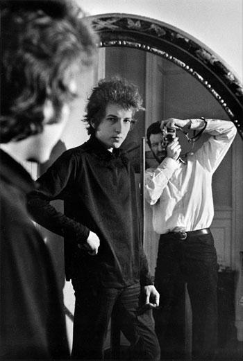 Bob Dylan y Daniel Kramer en un espejo, Nueva York, 1965 © Daniel Kramer