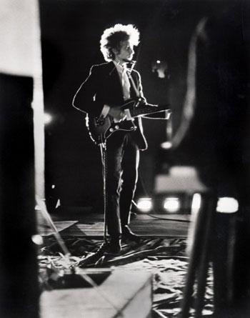 Bob Dylan en el escenario, Forest Hills Stadium de Nueva York, 1965 © Daniel Kramer