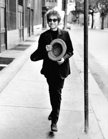 Bob Dylan, con su sombrero de copa, Filadelfia, 1964 © Daniel Kramer