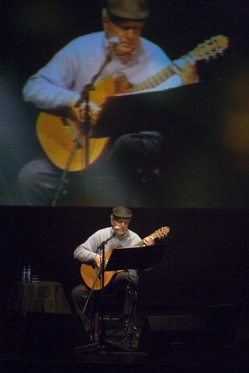 Daniel Viglietti, ganador del Premio de Reconocimiento a la Trayectoria, durante el concierto que ofreció el año pasado en el Festival BarnaSants. © Xavier Pintanel
