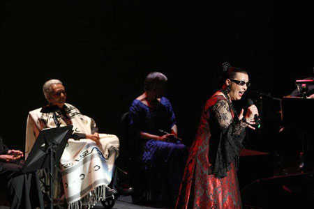 De izquierda a derecha Chavela Vargas, Eugenia León y Martirio, actúan en el homenaje al poeta español Federico García Lorca, en el Palacio de Bellas Artes de Ciudad de México. © EFE