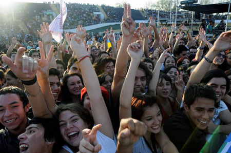 Mucha gente joven en el concierto «Un canto para no olvidar». © UPI