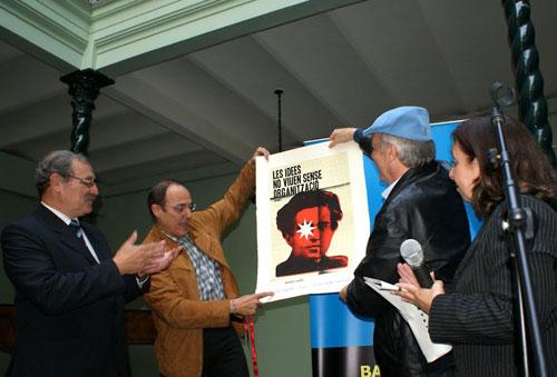 Daniel Viglietti recibe el Premio BarnaSants a la Trayectoria Artística en el acto de presentación de la I Muestra de Cultura Catalana en Uruguay. © Enrique Rozada