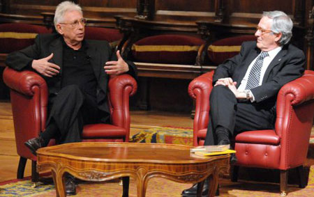 Raimon conversa con el Alcalde de Barcelona, Xavier Trias, en los momentos previos al pregón. © Ayuntamiento de Barcelona